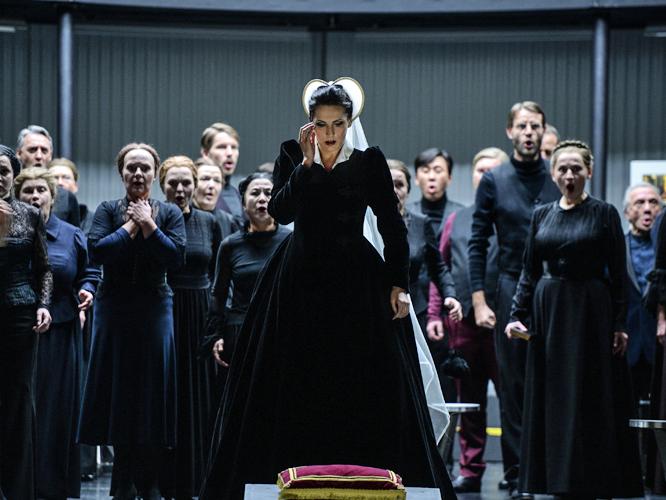 Bild: Adela Zaharia und der Chor der Deutschen Oper am Rhein