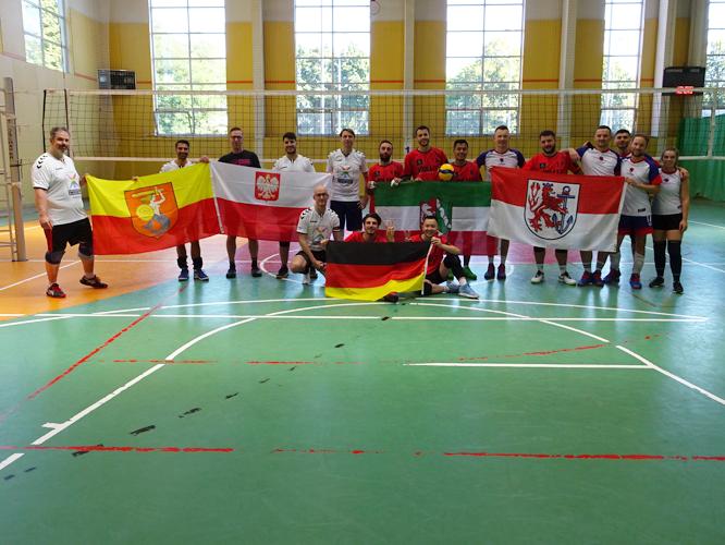 Bild: Volleyballer*innen aus Düsseldorf und Warschau beim Turnier