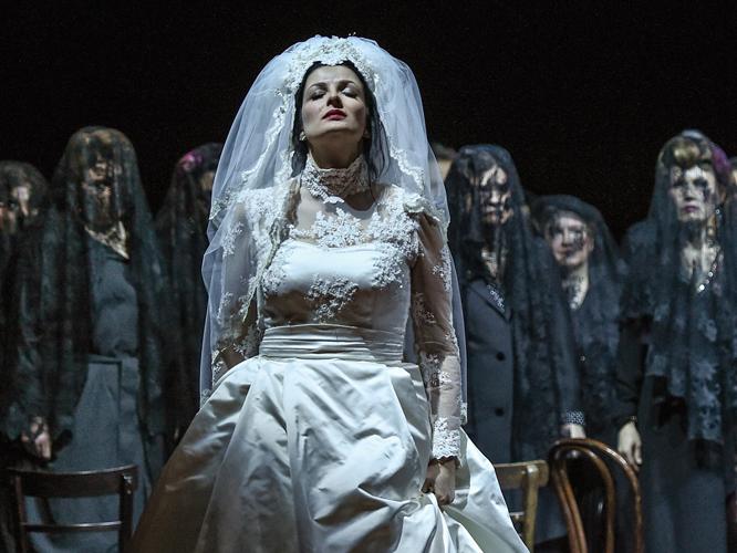 Bild: Luiza Fatyol als Juliette im Brautkleid