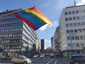 Bild: Regenbogenflagge in der Stadtmitte