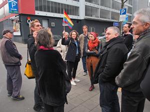 Bild: Teilnehmer_innen beim Raundgang durch das bahnhofsnahe Quartier