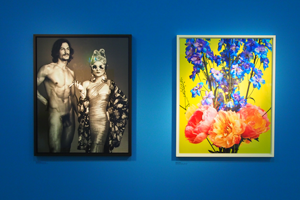 "Bild: Mariano Vivanco: ""Jarrod Scott und Catherine Baba"" (links) und ""Coral Peonies Four 036"", London, 2015 (rechts)"