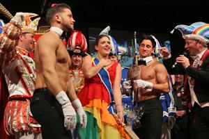 Bild: Venetia Alina umringt von Tänzern und Karnevalisten.