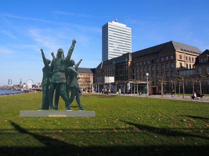 Bildmontage: Denkmal am Rheinufer