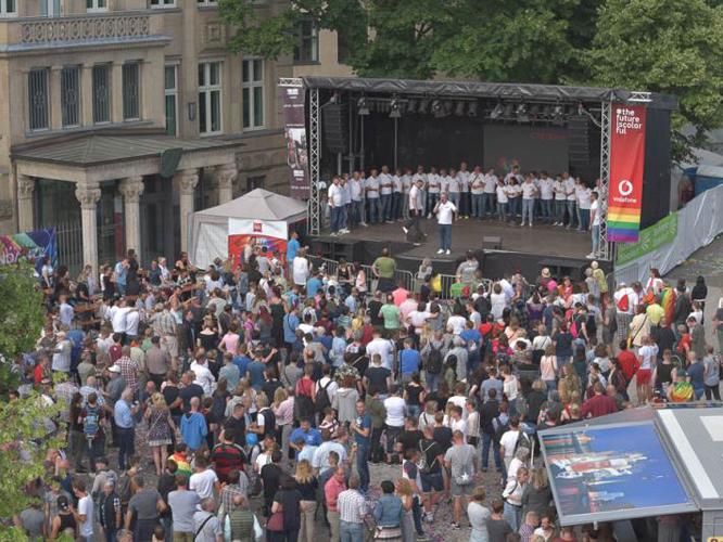 Bild: CSD-Bühne 2018 auf dem Johannes-Rau-Platz
