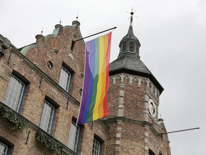 Bild: Regenbogenflagge am Düsseldorfer Rathaus