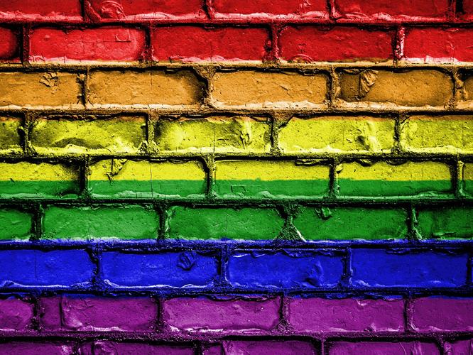 Bild: Steinwand in Regenbogenfarben