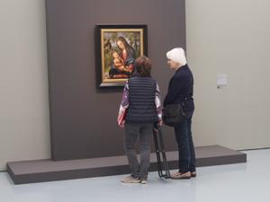 Bild: Besucherinnen vor einem Cranach-Gemälde