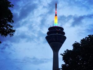 Bild: Rheinturm in Regenbogen-Farben