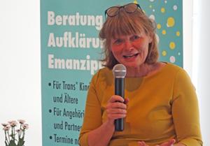 Bild: Bürgermeisterin Klaudia Zepuntke bei der Eröffnungsfeier der Trans*beratungsstelle
