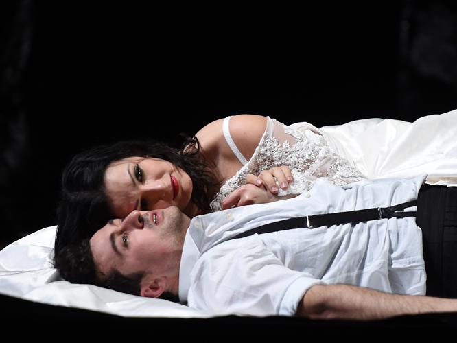 Bild: Luiza Fatyol als Juliette und Ovidiu Purcel als Roméo