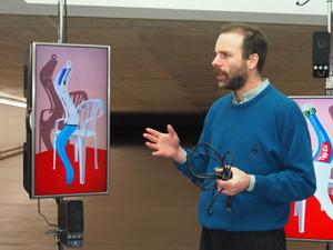 Bild: Ceel Mogami de Haas vor seinem Kunstwerk