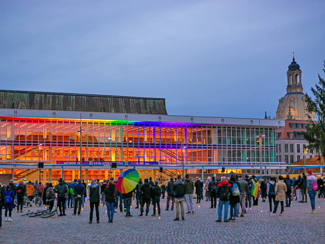 Bild: Menschen gedenken des Terroranschlags in Dresden