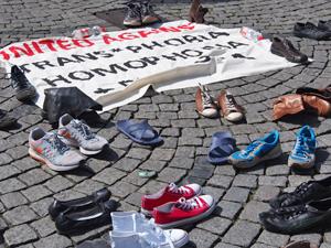 Bild: Schuhe vor Anti-Homophobie-Plakat