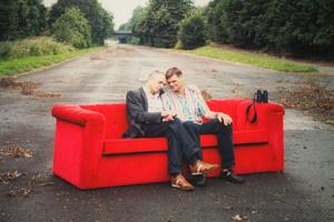 Bild: Schwules Paar auf Roten Sofa von Horst Wackerbarth