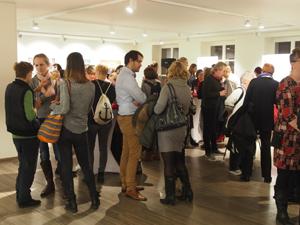 """Zur Eröffnung der Ausstellung """"Trans* in der Arbeitswelt"""" am 7. November 2017 kamen rund 100 Interessierte."""