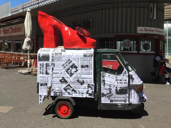 Bild: Pride-Mobil mit rotem Schuh