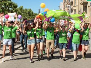 Bild: PULS-Jugendliche bei der CSD-Demo