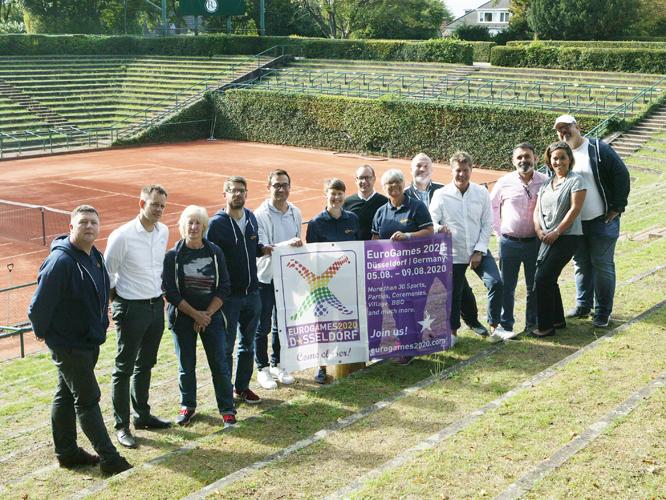 Bild: EGLSF-Delegation und EuroGames-Team auf dem Tennis-Court des Rochus-Clubs.