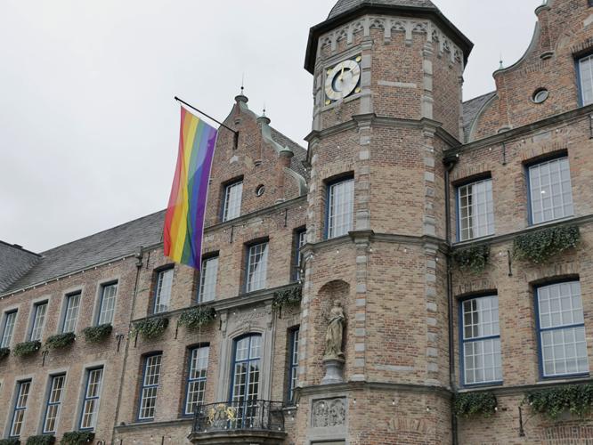 Bild: Rathaus Düsseldorf mit Regenbogenflagge