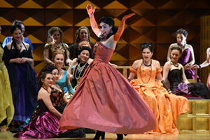 """Bild: Szene aus """"Don Carlo"""" an der Deutschen Oper am Rhein"""