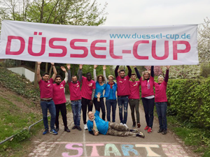 Bild: Sportler_innen vor Düssel-Cup-Banner