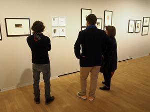 Bild: Besucher_innen in der Rembrandt-Ausstellung