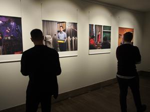 """Bild: Besucher_innen in der Ausstellung """"Trans* in der Arbeitswelt"""""""
