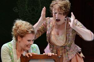 """Bild: Anke Krabbe und Marta Márquez in """"Die lustigen Weiber von Windsor"""""""
