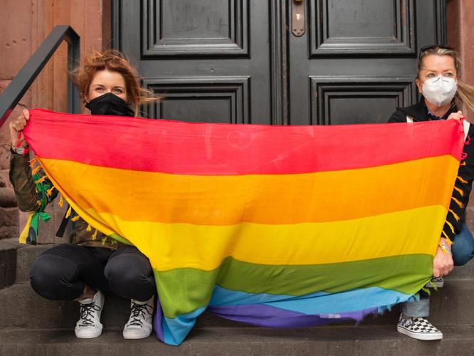 Bild: Aktivistinnen mit Regenbogenflagge