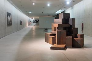 """Bild: Ausstellungshalle KIT mit der Arbeit """"All ahead!"""" von Andrey Kuzkin im Vordergrund"""