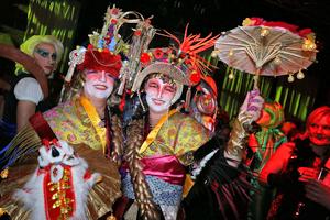 Bild: Kostümierte Gäste bei der Sitzungsparty der KG Regenbogen