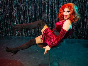 Bild: Düsseldorfer Rathaus mit Regenbogenfahne