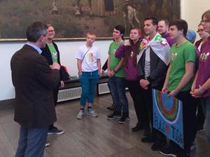 Bild: OB Geisel mit den deutsch-finnischen Jugendlichen