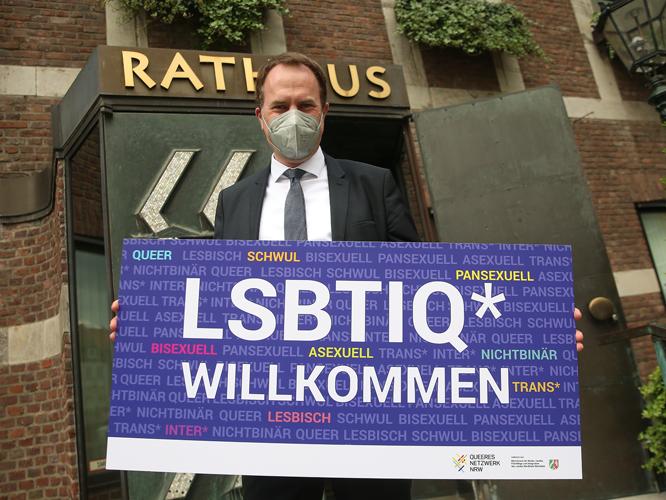 Bild: OB Stephan Keller mit Plakat