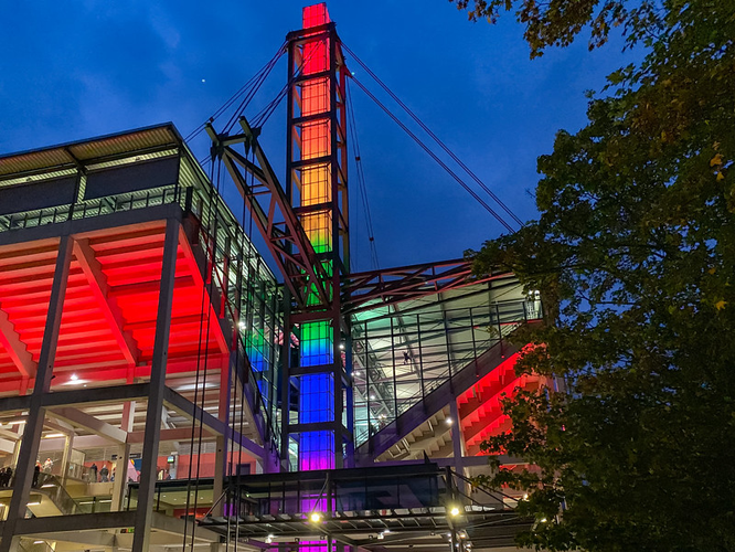 Bild: Rheinenergie-Stadion in Köln in Regenbogenfarben