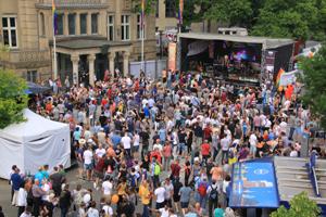Bild: CSD-Besucher_innen auf dem Johannes-Rau-Platz