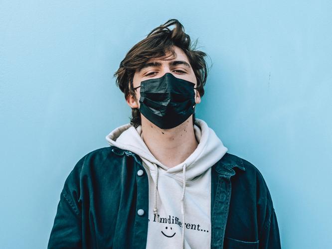 Bild: Junger Mann mit Mund-Nasen-Maske