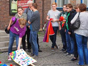 Bild: Jugendliche des PULS-Jugendzentrums setzten Zeichen gegen Homophobie.