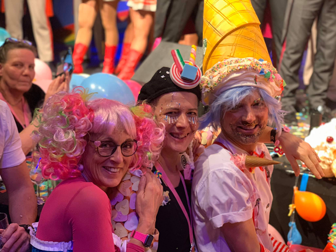 Bild: Kostümierte Karnevalist*innen