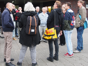 Bild: Teilnehmer_innen beim Quartiersrundgang