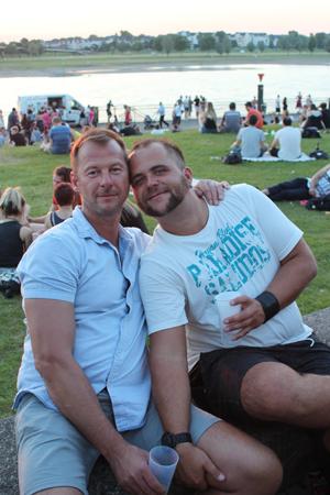 Bild: Schwules Paar am Rheinufer