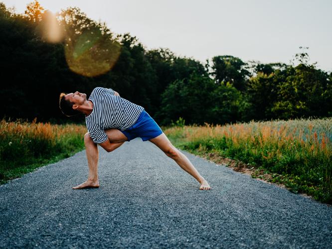 Bild: Mitch Walter bei Yogaübung im Freien