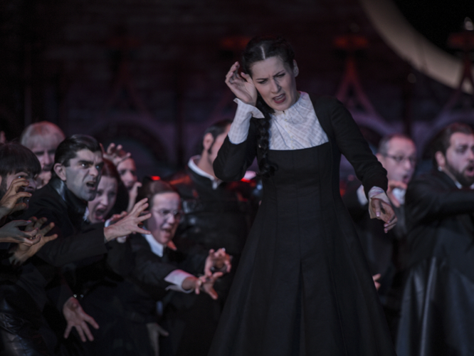 Bild: Adela Zaharia und Chor der Deutschen Oper am Rhein