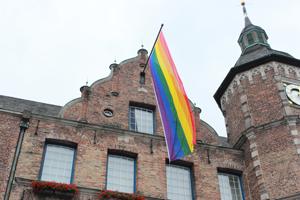 Regenbogenfahne am Rathaus Duesseldorf