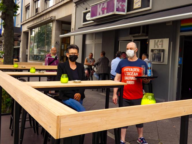 Bild: Romana Koren und Mitarbeiter Remi vorm K1-Club