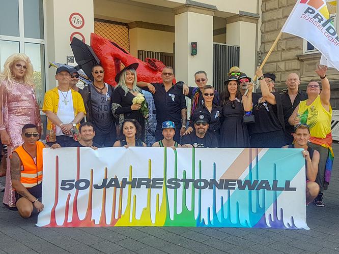 Bild: Teilnehmende am ersten Walk of Pride in Düsseldorf
