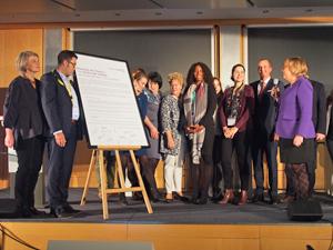 Bild: Unterzeichnung der Charta der Vielfalt