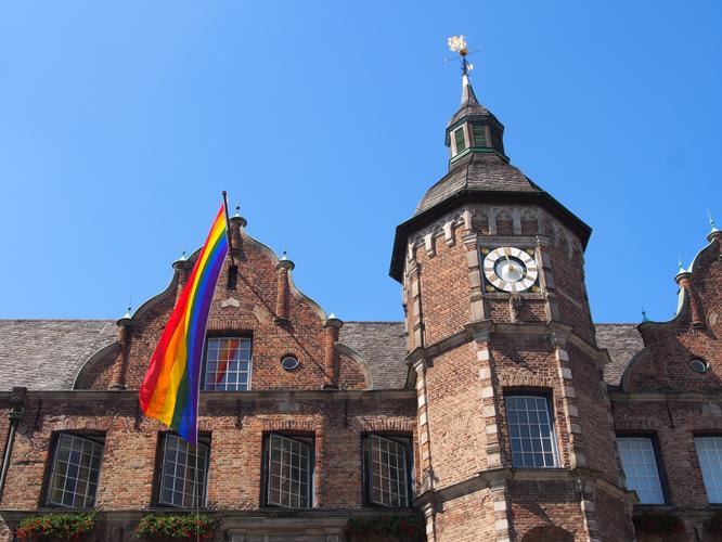 Zum Düsseldorfer CSD soll die Regenbogenfahne auch unter einem CDU-Oberbürgermeister am Rathaus hängen, das hat OB-Kandidat Dr. Stephan Keller zugesagt. Doch welche Parteien haben die besten Konzepte für die LSBTIQ*-Community? // Foto: Oliver Erdmann