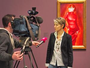 """Bild: Dr. Susanne Meyer-Büser, Kuratorin der Ausstellung, im Interview vor dem Otto-Dix-Gemälde """"Bildnis der Tänzerin Anita Berber"""""""